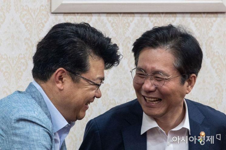 [포토]대화하는 성윤모 장관-복기왕 정무비서관