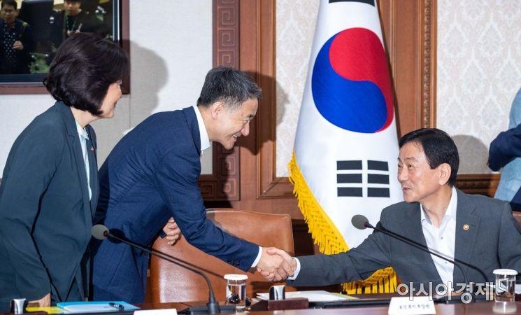 [포토]악수하는 진영 장관-박능후 장관