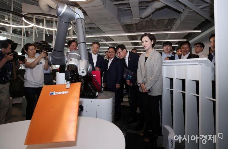 [포토] 5G 딜리버리 로봇 바라보는 장관들