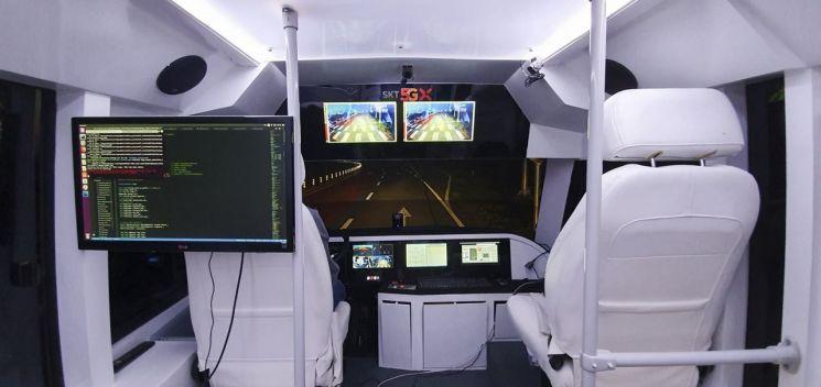 SK텔레콤과 서울시는 20일 상암 디지털미디어시티에 5G 자율주행 테스트베드를 조성하고 5G와 자율주행 핵심기술인 V2X(Vehicle to Everything)를 융합한 기술 시연에 나선다고 밝혔다. 이달부터 운행되는 SK텔레콤의 자율주행 버스.