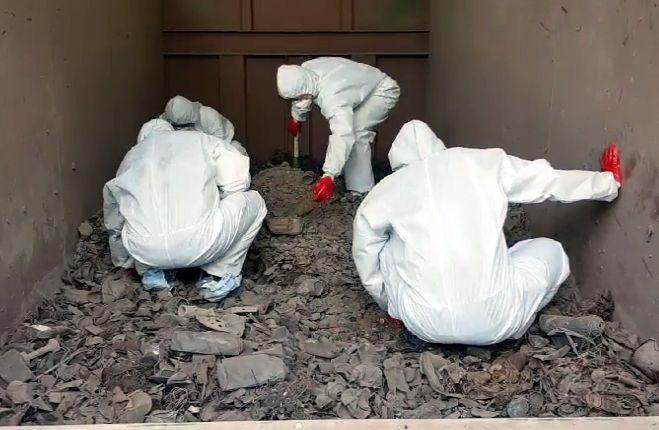 지난 15일 경기도 김포의 한 쓰레기 소각장에서 경찰이 고유정 사건 피해자의 유해를 찾고 있다. [이미지출처=연합뉴스]
