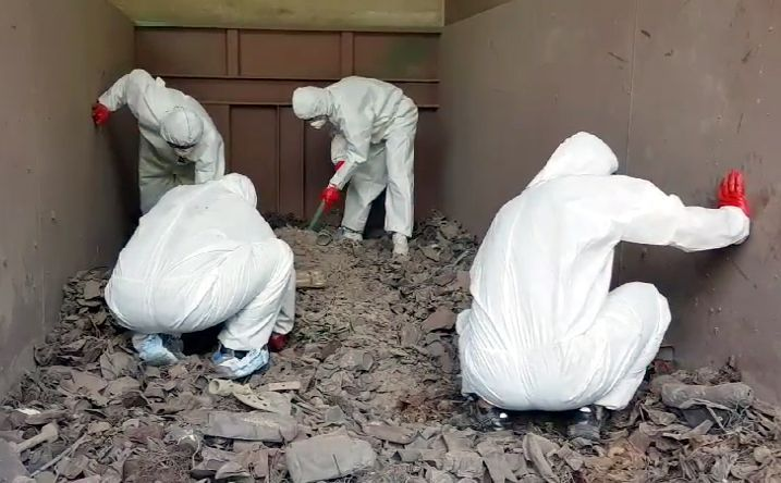 지난달 15일 경기도 김포의 한 쓰레기 소각장에서 경찰이 고유정 사건 피해자의 유해를 찾고 있다. [이미지출처=연합뉴스]
