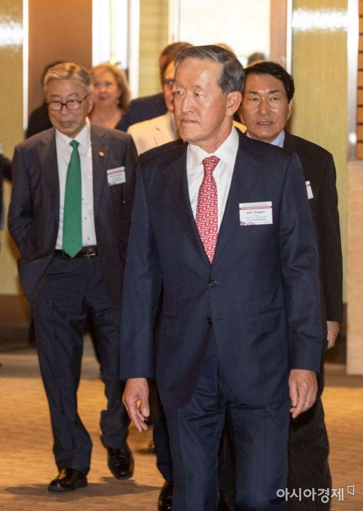 [포토]좌담회장으로 들어서는 허창수 회장