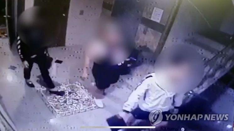 11일 오전 광주 북구의 한 원룸에서 지난 9일 친구를 폭행해 숨지게 한 10대 4명이 자수했다. 사진은 사건 당일 원룸에 들어가는 가해자들의 모습. [이미지출처=연합뉴스]
