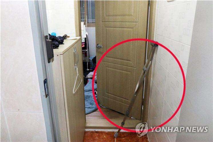 11일 오전 광주 북구의 한 원룸에서 지난 9일 친구를 폭행해 숨지게 한 10대 4명이 자수했다. 사진은 원룸 내부에서 발견된 폭행 도구인 목발(붉은 원)이 휘어져 있는 모습. [이미지출처=연합뉴스]