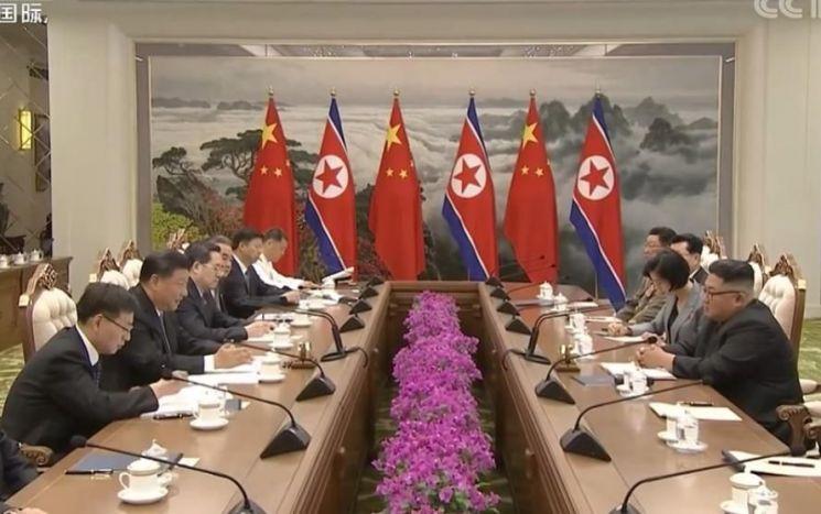 시진핑(習近平) 중국 국가주석과 김정은 북한 국무위원장이 20일 평양에서 열린 북중정상회담에서 대화하고 있다. <사진=CCTV 화면 캡처>