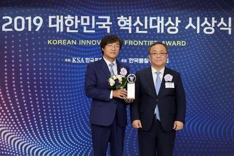 정윤석 신일 대표이사(왼쪽)와 이상진 한국표준협회 회장이 20일 서울 소공동 롯데호텔에서 열린 '2019 대한민국 혁신대상'에서 기념사진을 촬영하고 있다.