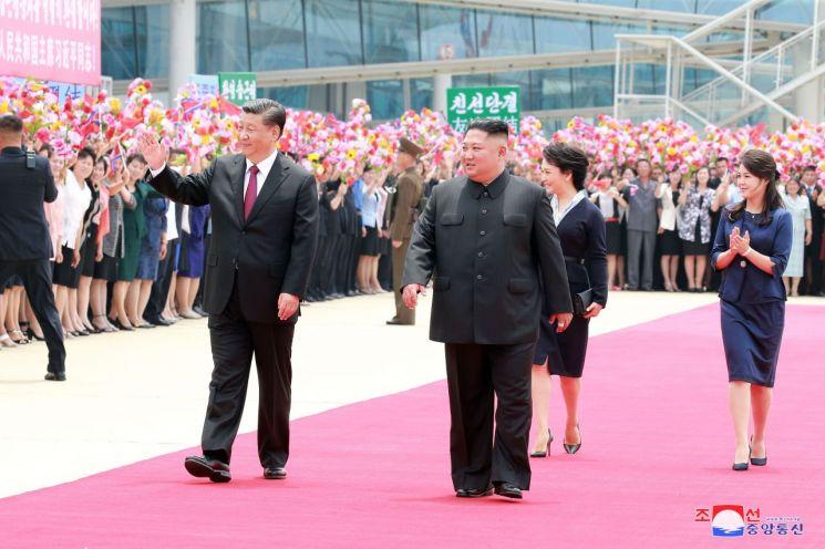 20일 평양 순안공항(평양국제비행장)에 도착한 시진핑(習近平) 중국 국가주석이 환영인파를 향해 손을 흔들고 있다. 조선중앙통신은 이를 21일 오전 보도했다. 사진=조선중앙통신/연합뉴스
