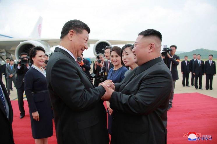 김정은 북한 국무위원장이 20일 평양 순안공항(평양국제비행장)에 도착한 시진핑(習近平) 중국 국가주석과 만나 악수하고 있다.