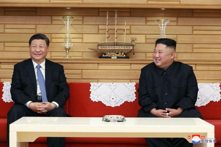 김정은 북한 국무위원장과 시진핑(習近平) 중국 국가주석이 지난 20일 평양에서 북중정상회담을 가졌다고 조선중앙통신이 21일 보도했다.