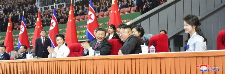 북한을 방문한 시진핑(習近平) 중국 국가주석과 부인 펑리위안 여사가 김정은 국무위원장과 부인 리설주 여사와 함께 20일 평양 능라도 5·1 경기장에서 대집단체조와 예술공연 '불패의 사회주의'를 관람하고 있다. 조선중앙통신은 이를 21일 오전 보도했다.