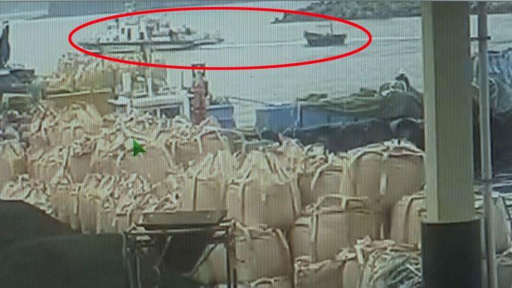 지난 15일 북한 선원 4명이 탄 소형 목선이 삼척항 내항까지 진입해 선원들이 배를 정박시키고, 해경에 의해 예인되는 과정이 담긴 폐쇄회로(CC)TV가 19일 확인됐다. 사진은 해경에 의해 예인되는 북한 목선 모습. (사진=연합뉴스)