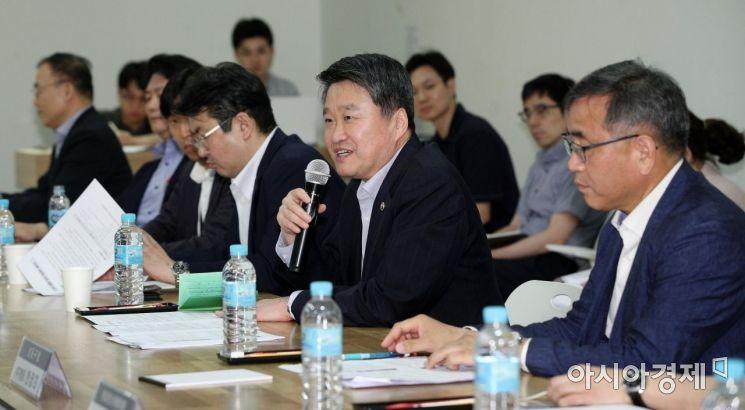 [포토] 소셜벤처기업 간담회 나선 김학도 차관