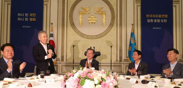 문재인 대통령이 21일 청와대에서 한국자유총연맹 임원들과 오찬 전 박종환 총재의 인사말을 듣고 있다. [이미지출처=연합뉴스]