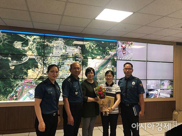 광양경찰서가 차량털이범 검거를 도운 광양시 CCTV통합관제센터 요원에게 감사패를 전달하고 있다.(사진=광양시 제공)