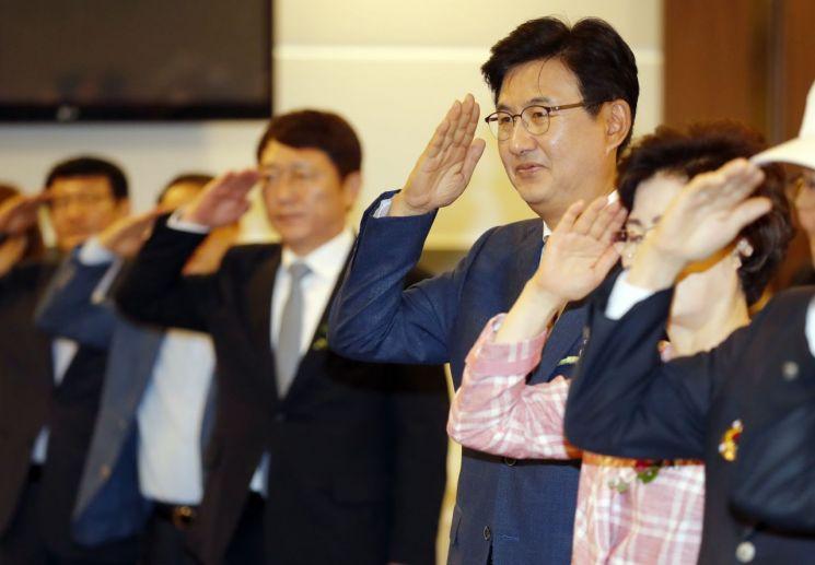 [포토]6·25참전용사에 거수경례하는 박성수 송파구청장