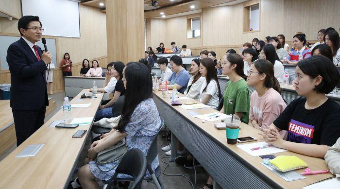 황교안 자유한국당 대표가 20일 오후 숙명여대에 방문해 1학년 학생들을 대상으로 특강을 하고 있다. / 사진=연합뉴스