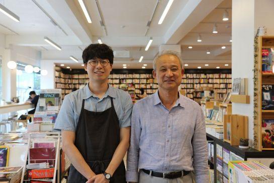 김일수 동아서점 대표(오른쪽)와 아들 김영건씨가 매장에서 활짝 웃고 있다.