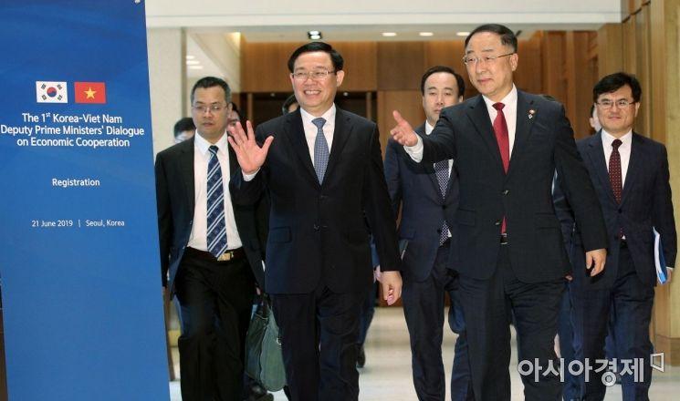 [포토] 회의장 향하는 한-베트남 경제부총리