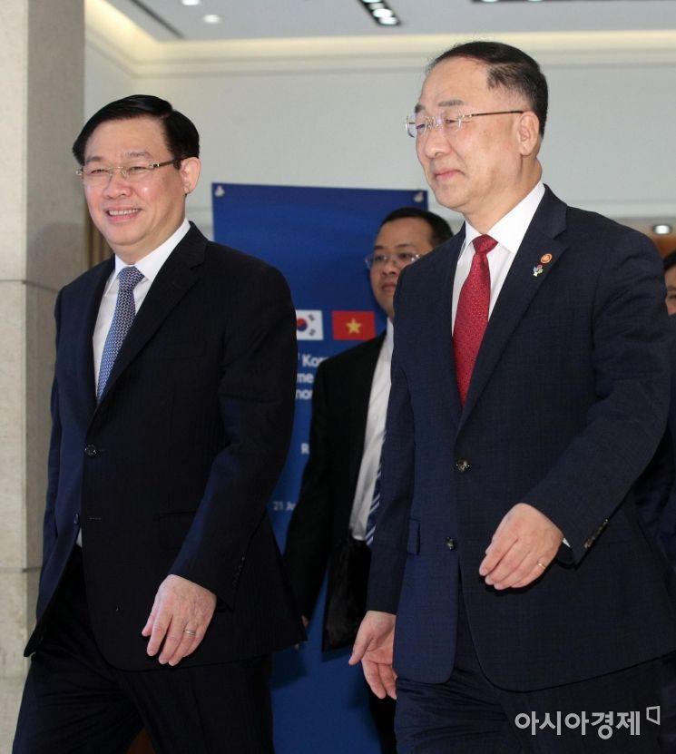 [포토] 회의장 들어서는 한-베트남 부총리
