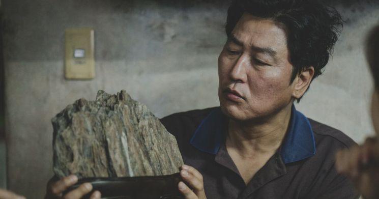영화 '기생충'의 칸국제영화제 황금종려상 직후 한국어 대사의 느낌과 정서를 외국 문화에 맞게 구현해낸 번역의 예술성에 대중의 관심이 집중됐다. 사진 =  CJ엔터테인먼트 제공