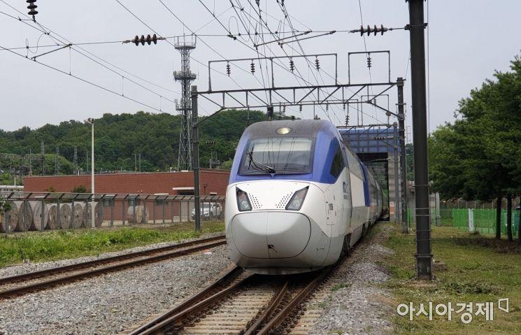 ▲수도권철도차량정비단에 들어오며 일상자동검사장치를 통과하고 있는 KTX 차량.