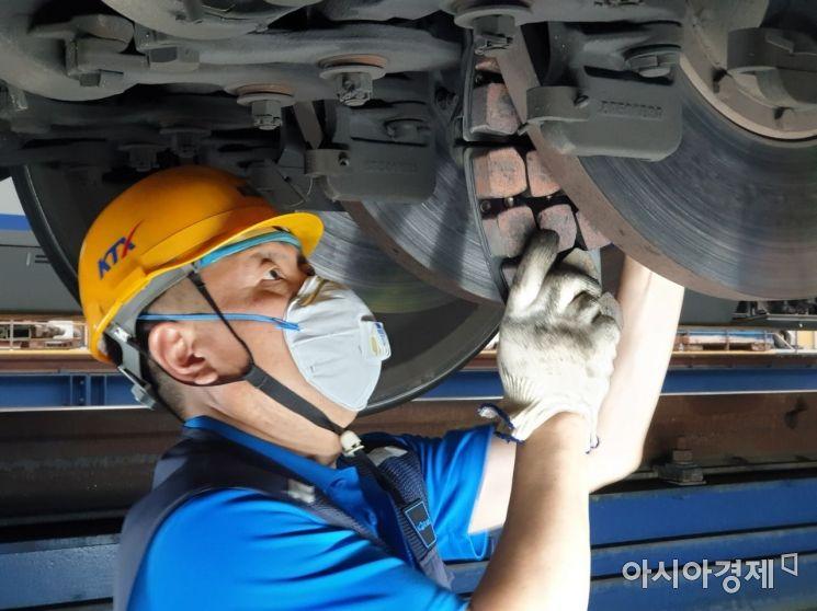 ▲수도권철도차량정비단 직원이 KTX의 마모된 브레이크패드를 새 제품으로 교체하고 있다.