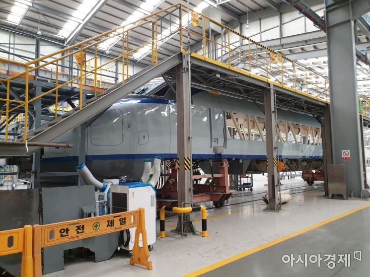▲반수명대수선 정비를 위해 뼈대만 남은 채 해체된 KTX 동력객차.