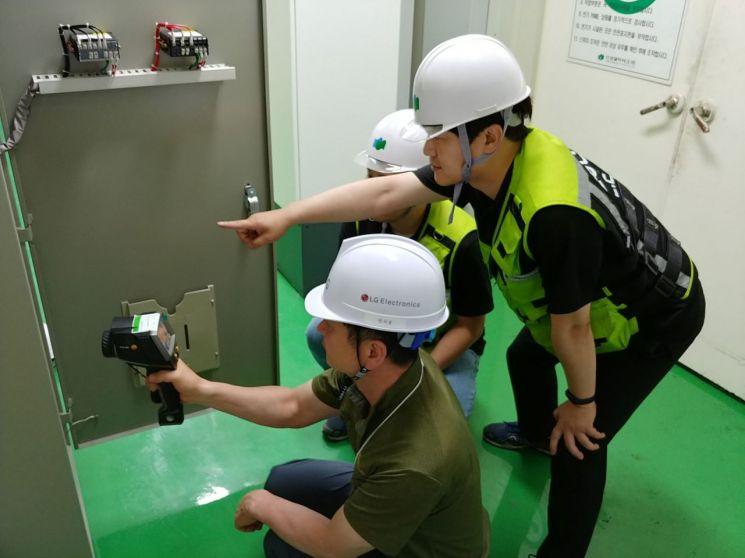 LG전자가 협력회사의 지속가능경영을 위해 CSR 리스크를 체계적으로 관리하고 있다. LG전자 직원이 협력회사 직원과 함께 협력회사의 전기시설을 점검하고 있다. /사진제공=LG전자.