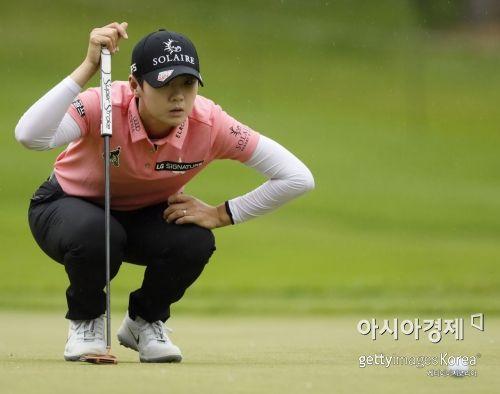 """박성현 5위 """"하루 남았어""""…그린 선두"""