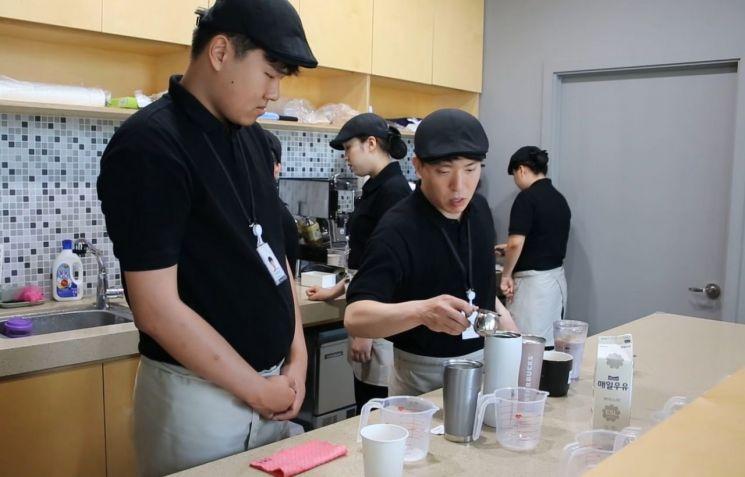 SK이노베이션의 자회사형 장애인 표준사업장 '행복키움'이 운영하는 '카페 행복'에서 장애인 근로자들이 바리스타 교육을 받고 있다.