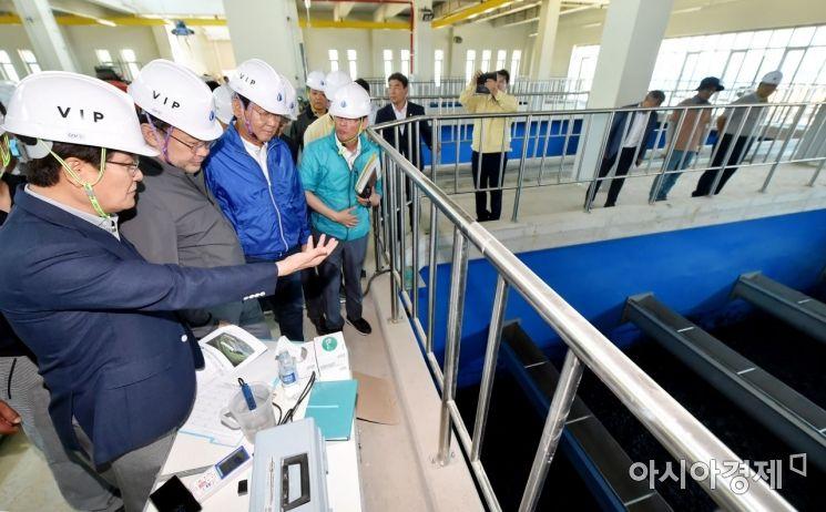 박남춘 인천시장이 이달 23일 인천 서구 공촌정수장을 방문해 수돗물 정상화 관련 현장 점검을 하고 있다.