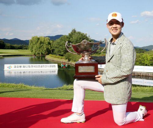 재즈 제인와타난넌드가 한국오픈 우승 직후 트로피를 들고 환호하고 있다. 사진=KPGA