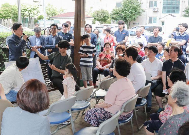 [포토]채현일 영등포구청장 '붉은 수돗물 주민설명회' 참석