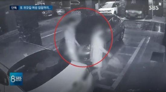 지난 18일 오후 서울 강동구에서 귀가 중이던 한 여성을 현관문까지 뒤쫓아가는 A 씨. 사진=CCTV 캡처