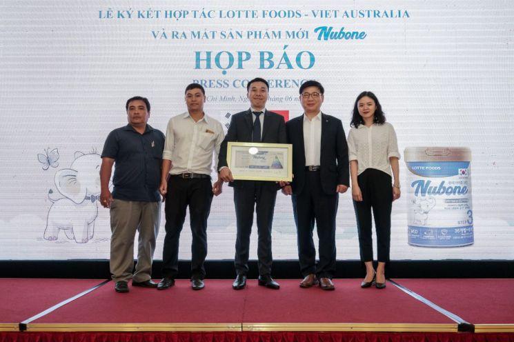지난 18일 베트남 호치민시에서 조경수  롯데푸드 대표이사(왼쪽에서 네번째)와 하이 Viet Australia 대표이사(왼쪽에서 세번째) 및 관계자들이 뉴본 분유 론칭식을 갖고 기념촬영을 하고 있다.