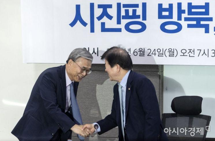 [포토] 인사 나누는 박병석 의원·이종석 전 장관