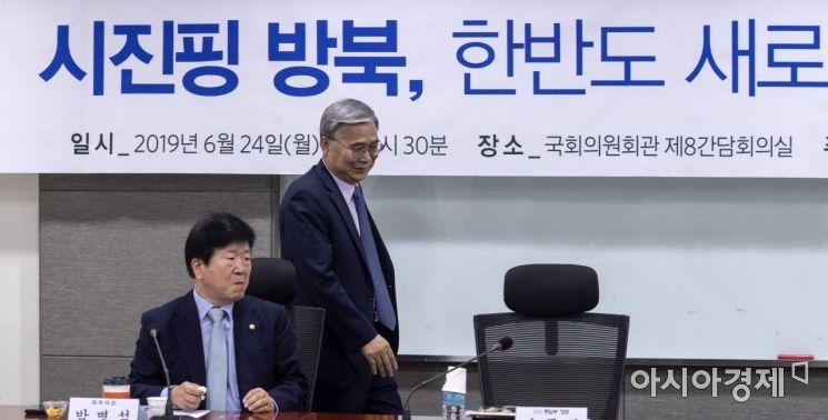 [포토] 한반도평화번영포럼 참석하는 이종석 전 장관