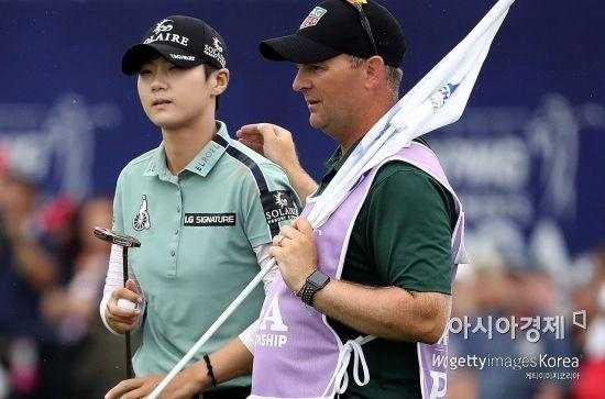 박성현이 KPMG위민스 PGA챔피언십 최종일 18번홀을 버디로 마친 뒤 캐디 데이비드 존스의 격려를 받고 있다. 채스카(美 미네소타주)=Getty Images/멀티비츠