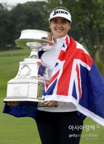 한나 그린이 KPMG위민스 PGA챔피언십 우승 직후 트로피를 들고 환하게 웃고 있다. 채스카(美 미네소타주)=Getty Images/멀티비츠
