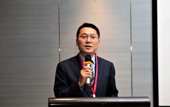 최경 코스맥스차이나 총경리(부회장)가 지난 21일 중국 상하이 인터컨티넨탈 호텔에서 열린 '제4회 중국 화장품 기술 컨퍼런스'에서 개회사를 하고 있다. 사진=코스맥스