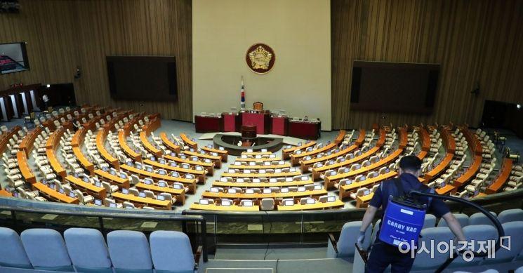 [포토] 본회의 준비하는 국회 관계자들