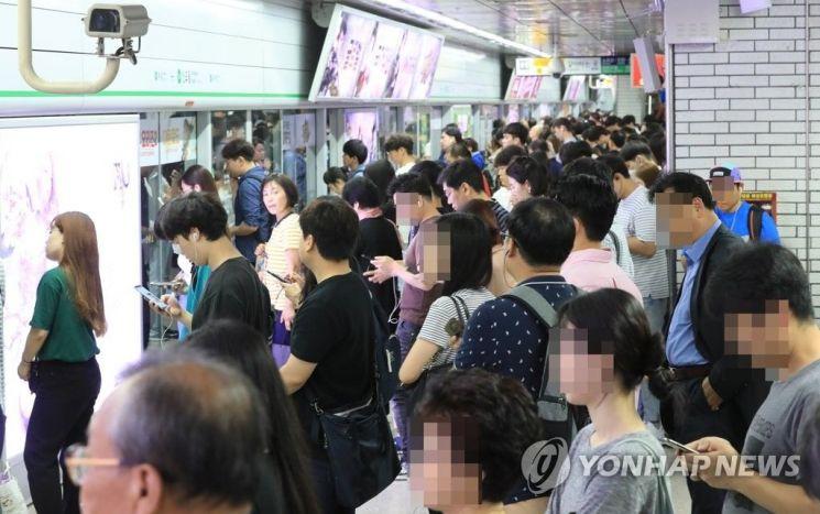 24일 오전 서울 지하철 2호선이 신호 장애로 지연 운행 됐다./사진=연합뉴스