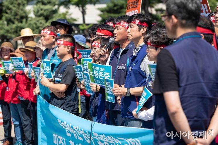 24일 서울 종로구 청와대 분수대 앞에서 민주노총 조합원들이 노동탄압 규탄-구속자 규탄 및 노동개악 저지 입장 발표 기자회견을 하고 있다./강진형 기자aymsdream@