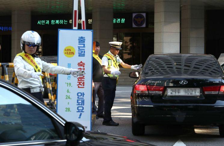 24일 오전 서울 중구 서울지방경찰청에서 경찰관들이 출근하는 직원들을 대상으로 음주 측정을 하고 있다. [이미지출처=연합뉴스]