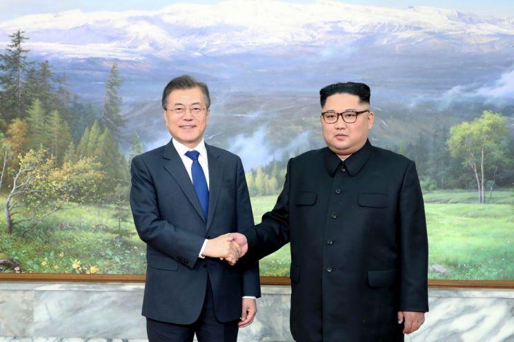 문재인 대통령과 김정은 북한 국무위원장이 지난해 5월 26일 판문점 북측지역 통일각에서 2차 남북정상회담을 하기에 앞서 악수를 하고 있다.  사진=청와대