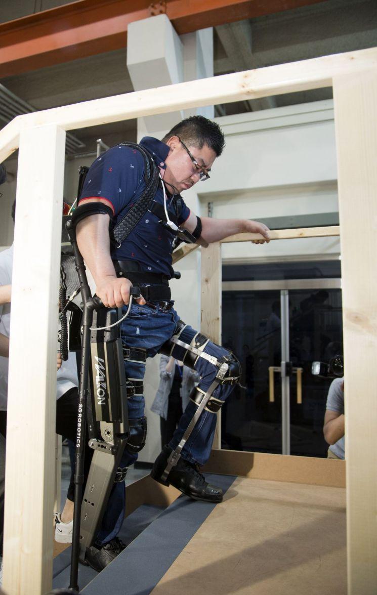 KAIST는 24일 교내에서 사이배슬론 2020 국제대회 출정식을 가졌다. 이날 시연자가 웨어러블 로봇을 하반신에 착용, 계단을 오르고 있다. KAIST 제공