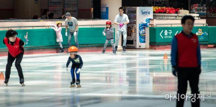 [포토]스케이트 타며 더위 식히는 시민들
