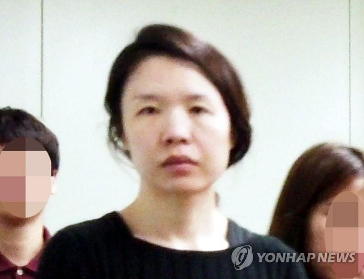 전 남편을 살해한 혐의로 구속된 고유정(36)이 제주동부경찰서 유치장에서 나와 진술녹화실로 이동하고 있다. / 사진=연합뉴스