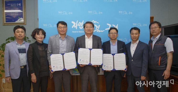 24일 전남 구례군과 한국가스공사 전남동부지사가 구례군청에서 도시가스 가스안전장치 보급을 위한 업무협약을 맺고 있다.(사진=구례군 제공)